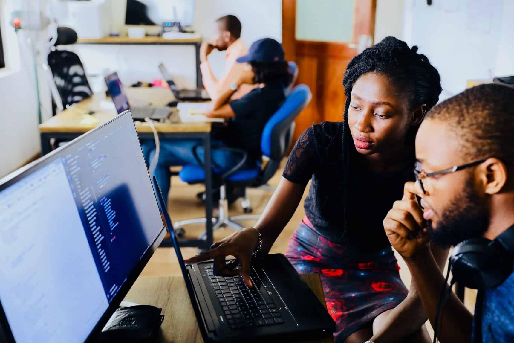 Jovens pesquisando sobre o Encceja - EAD